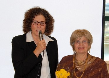 Francine Lavin Weaver presents the Grinspoon-Steinhardt Award for Excellence in Jewish Education to Morah Yehudis Fishman