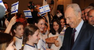 Israeli President Shimon Peres with children of the Jewih Comunity in Rio De Zanero 13/11/2009 Photo Moshe Milner GPO